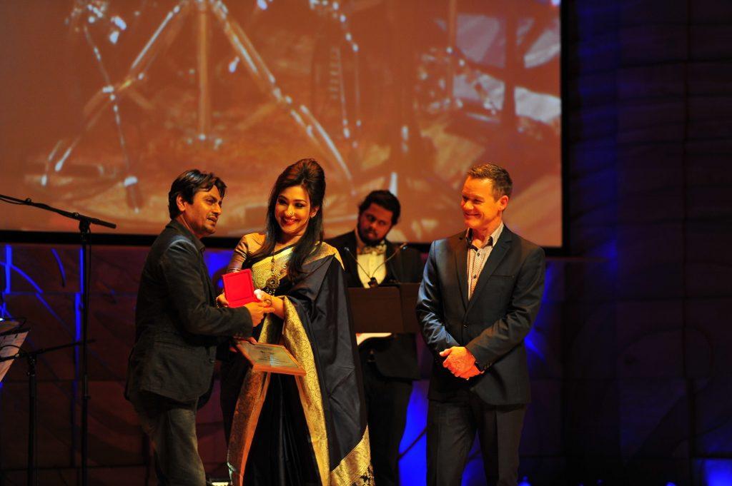 Rituparna Sengupta presenting award to Nawazuddin Siddiqui