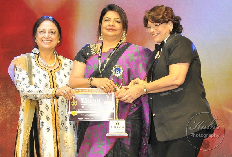 33-madhu-chopra-receiving-an-award-dsc_2651