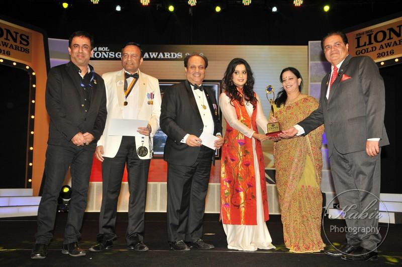 36-amruta-fadnavis-receiving-award-dsc_2251